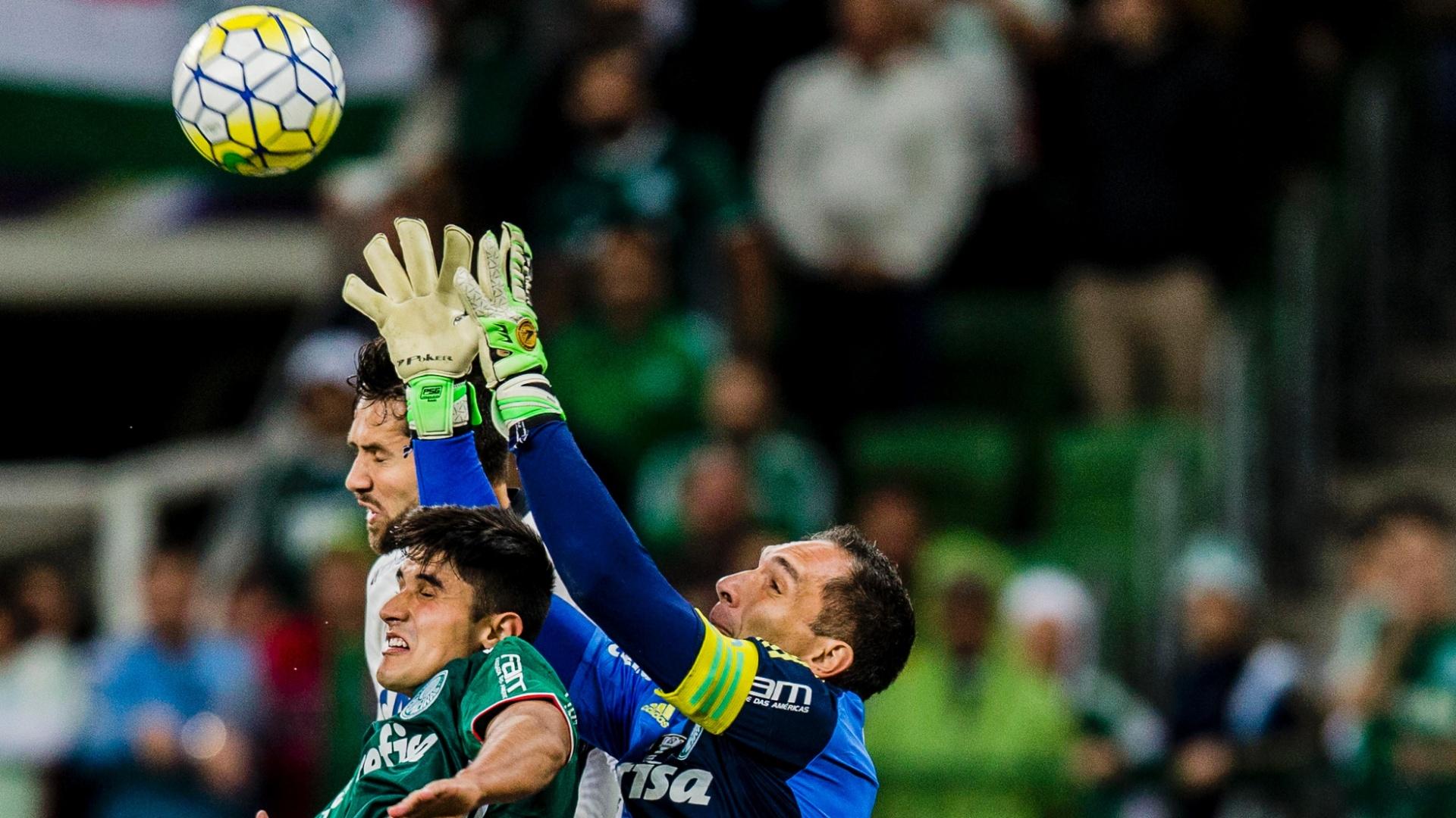 Fernando Prass disputa bola no alto com Felipe e Thiago Martins