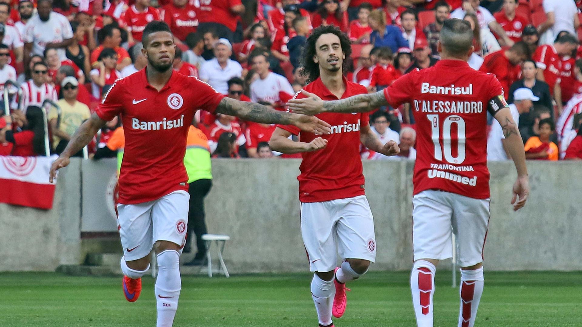 Jogadores do Inter comemoram gol marcado contra o Atlético-PR, no Beira-Rio