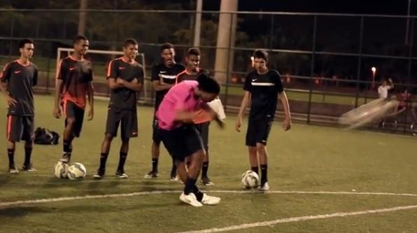 Ronaldinho Gaúcho esbanja habilidade e acerta travessão em chute de letra
