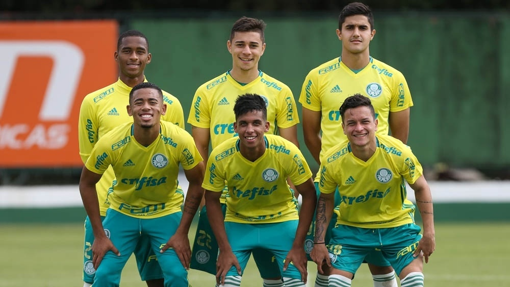 Vitinho e Artur (agachados, ao lado de Gabriel Jesus) foram promovidos ao time profissional do Palmeiras em 2016