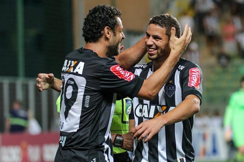Gabriel comemora com Fred o primeiro dos dois gols que o atacante fez no Vitória