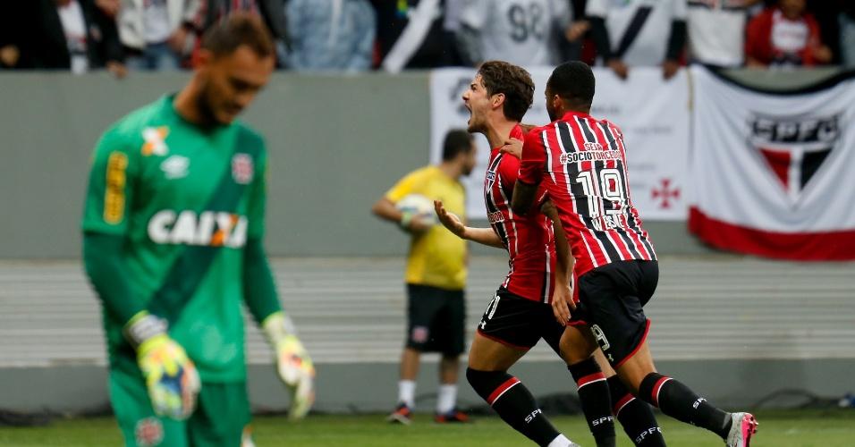 Pato comemora gol marcado pelo São Paulo contra o Vasco, no Brasileirão