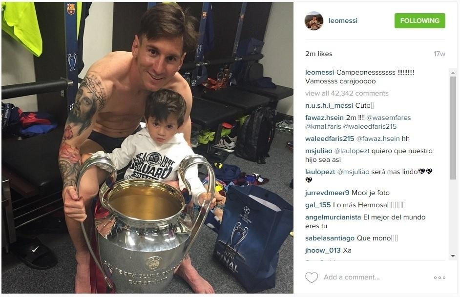 Lionel Messi com o filho Thiago e a taça da Liga dos Campeões
