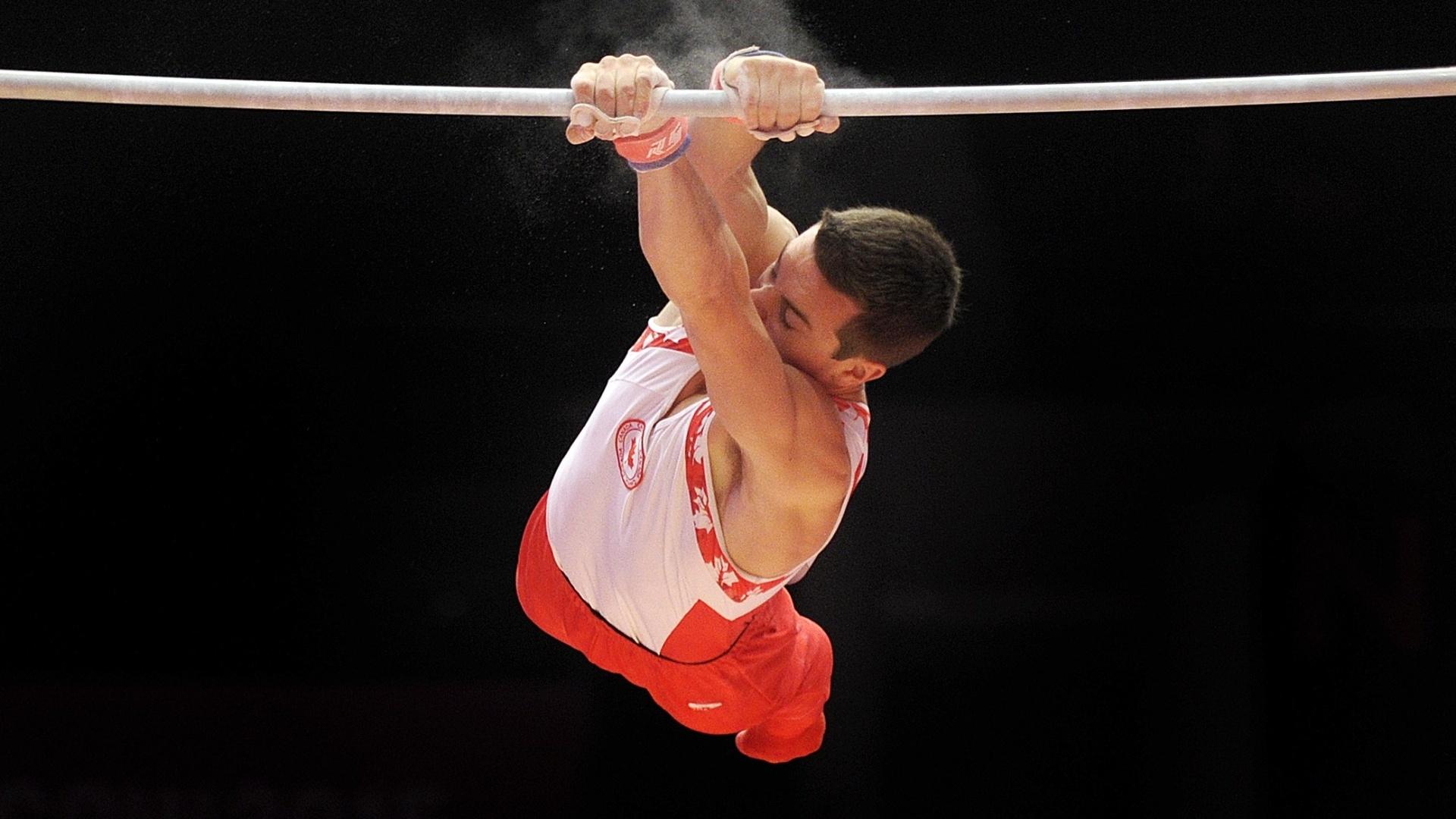 Rene Cournoyer, do Canadá, se apresenta na barra durante a eliminatória do Mundial de ginástica artística