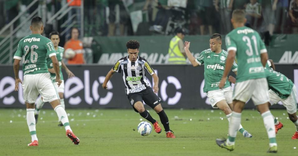 Marquinhos Gabriel conduz a bola e é marcado de perto por cinco palmeirenses