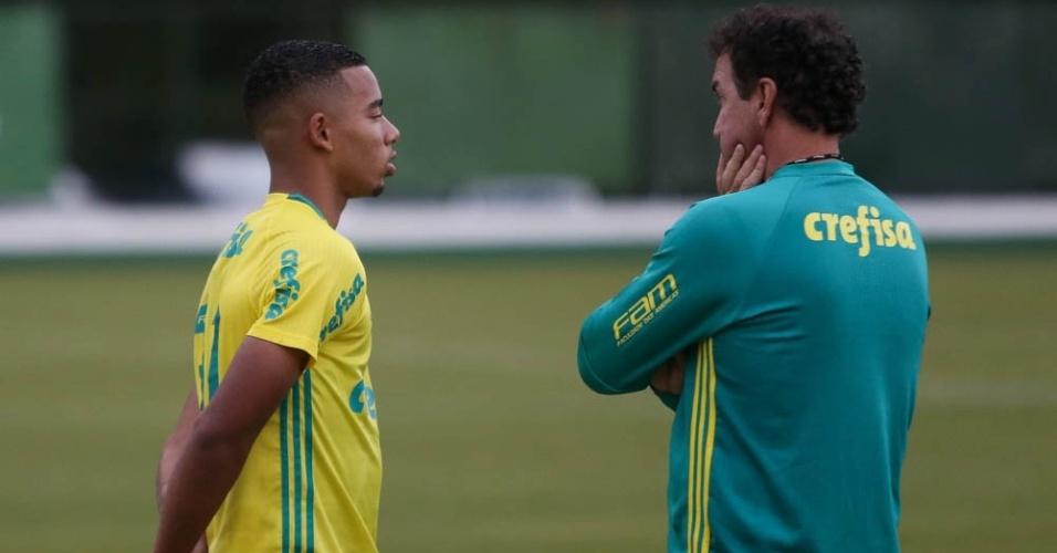 Gabriel Jesus e Cuca conversam no gramado da Academia de Futebol