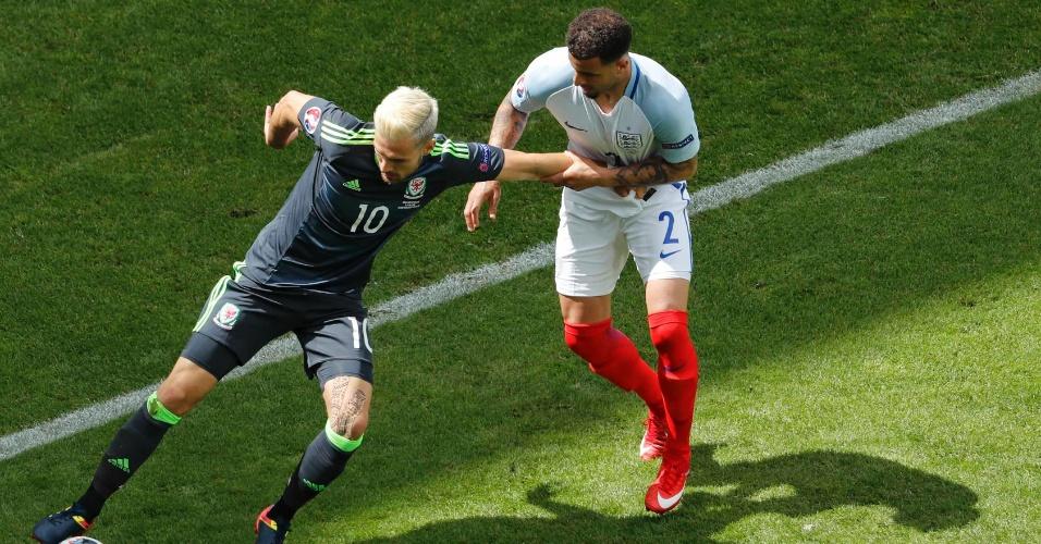 Kyle Walker e Aaron Ramsey duelam na partida da Inglaterra contra o País de Gales na Euro
