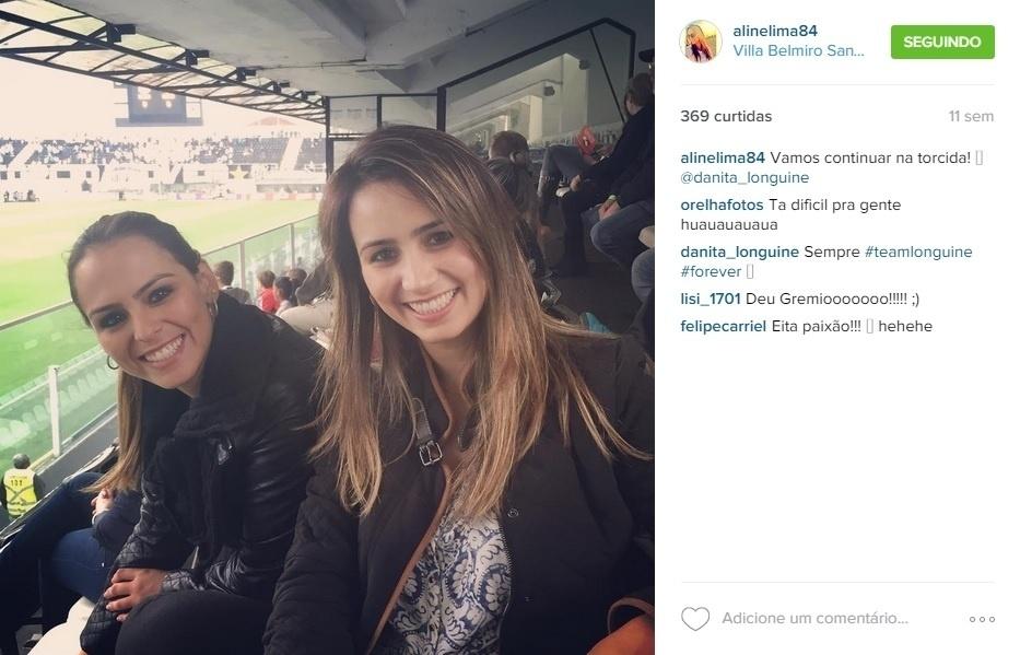 A apresentadora Aline Lima com a cunhada prestigiam um jogo do Santos
