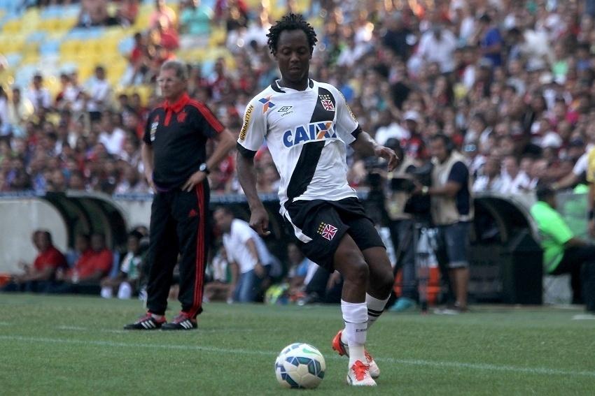 Andrezinho carrega a bola e tenta se lançar ao ataque no duelo entre Flamengo e Vasco, no Maracanã