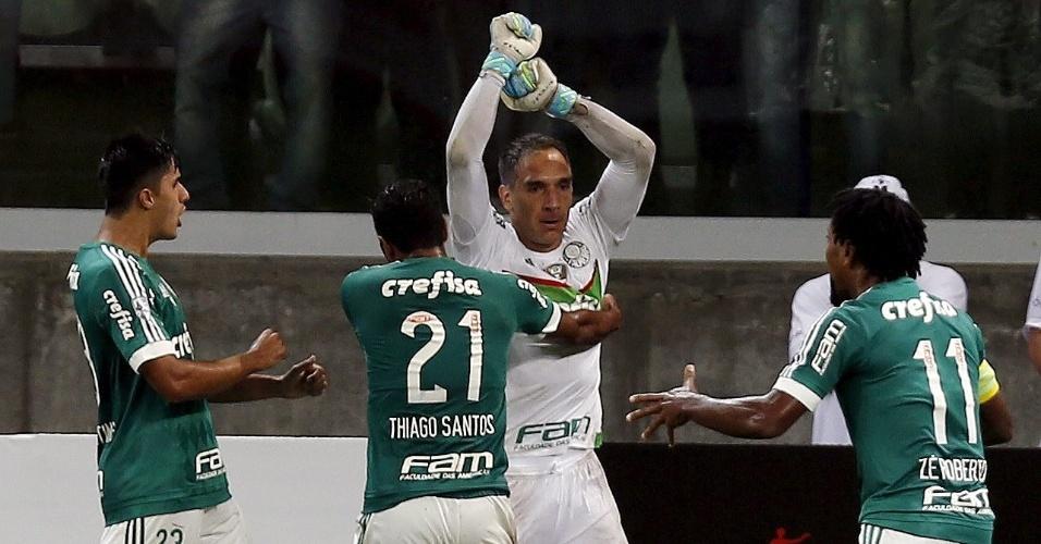 Fernando Prass comemora pênalti perdido e é cercado por jogadores do Palmeiras