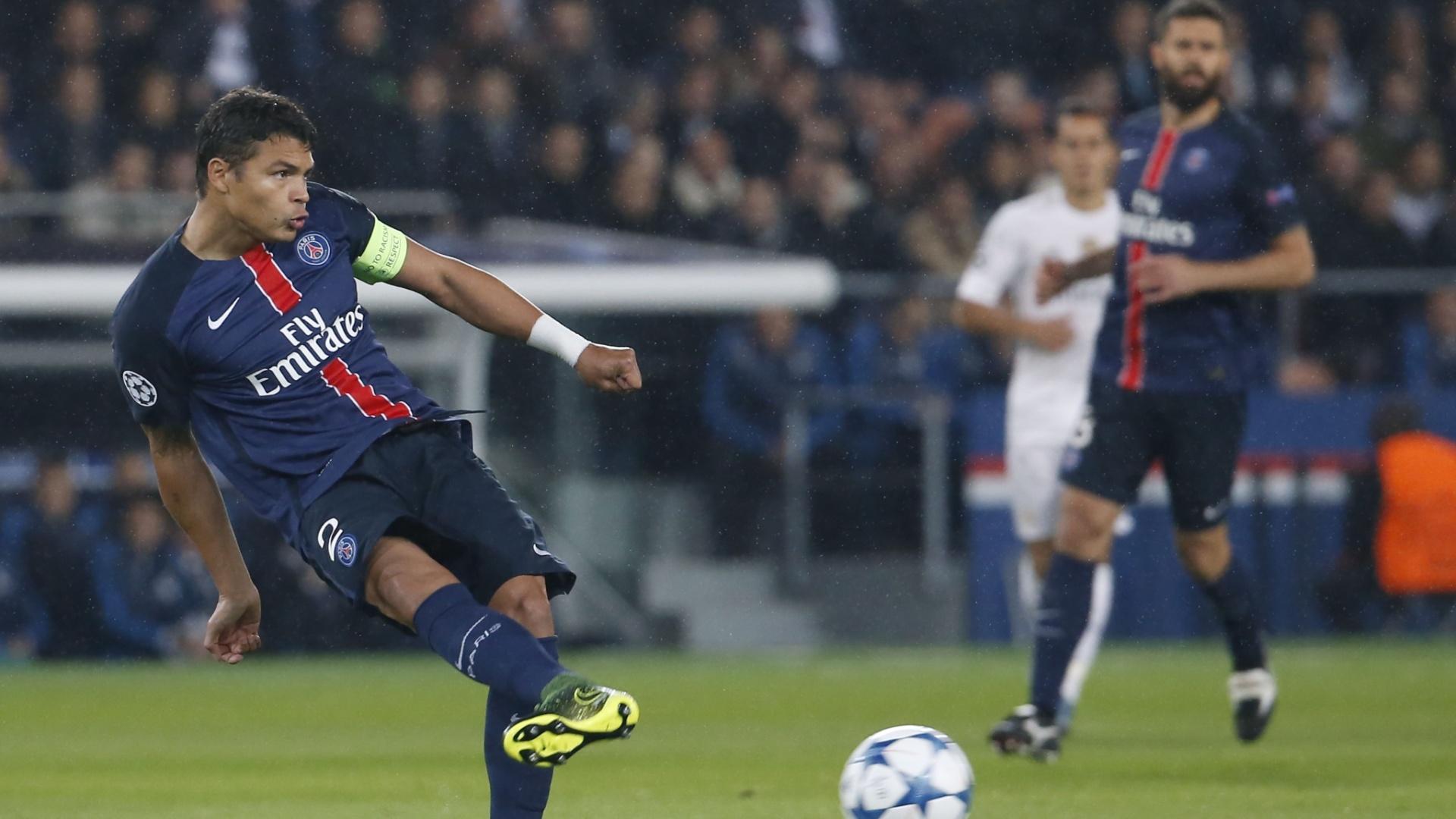 Thiago Silva tenta dar passe em profundidade na partida entre PSG e Real Madrid pela Liga dos Campeões