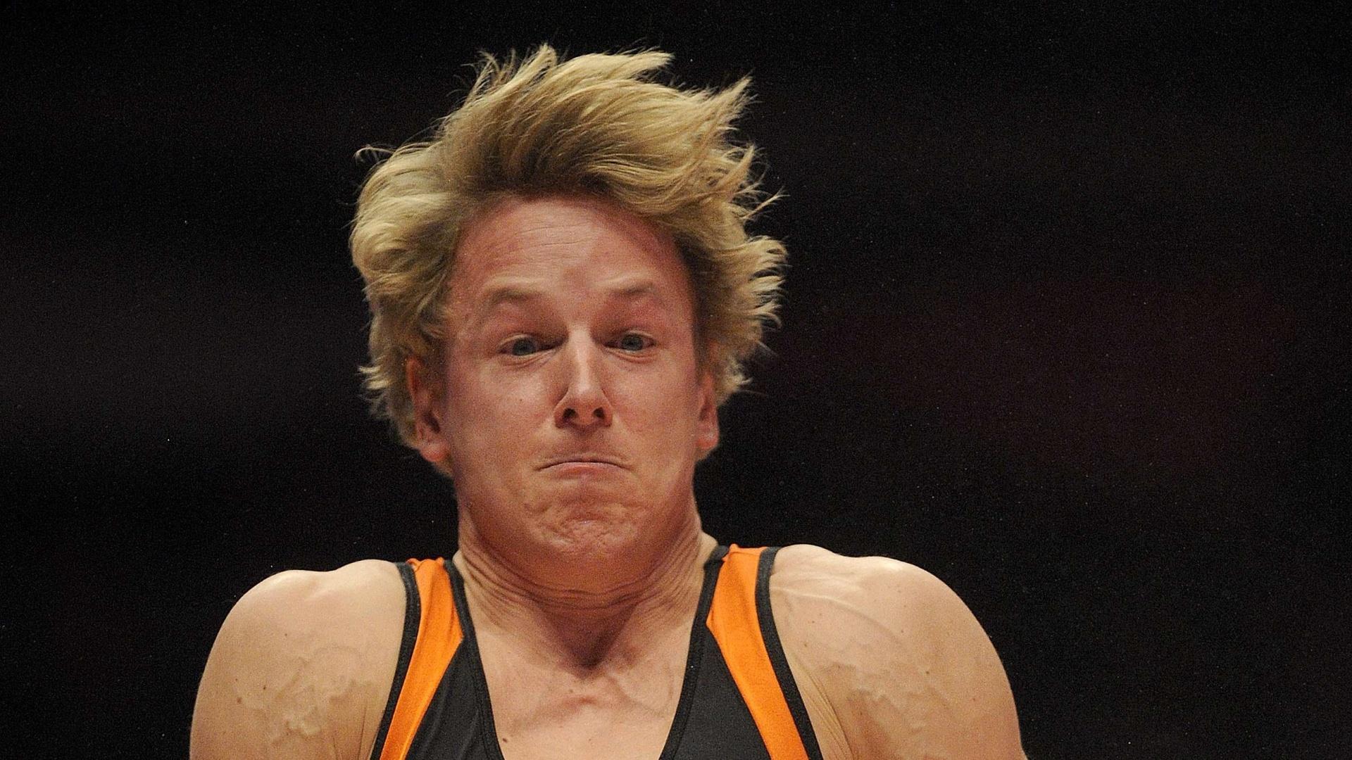 Epke Zonderland, ginasta holandês, nas barras paralelas durante a eliminatória do Mundial de ginástica artística