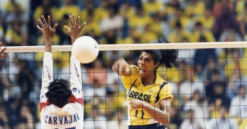 Márcia Fu em ação contra Cuba, no Ginásio do Ibirapuera, na final do Mundial de vôlei de 1994