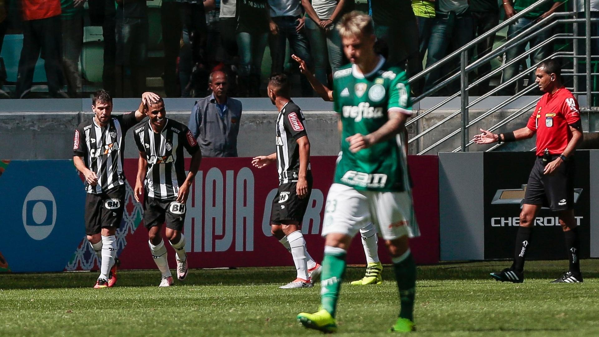 Leandro Donizete comemora com os companheiros após marcar gol da vitória do Atlético-MG contra o Palmeiras