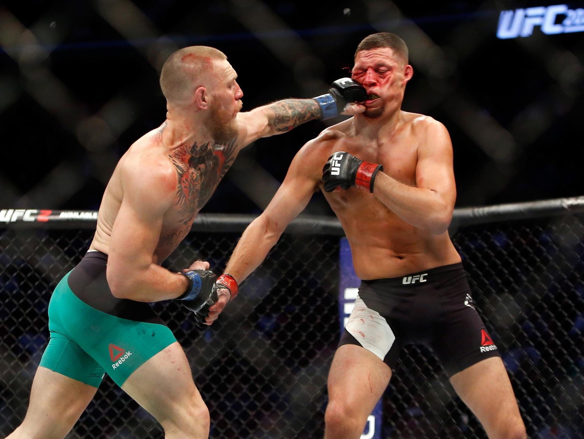 Conor McGregor acerta direto no rosto de Nate Diaz