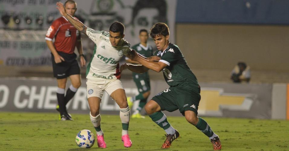 Dudu protege a bola do adversário em confronto com o Goiás