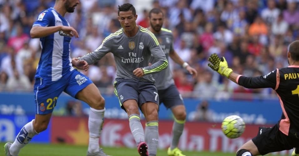 Cristiano Ronaldo bate na saída do goleiro Pau Lopez e marca para o Real Madrid frente ao Espanyol