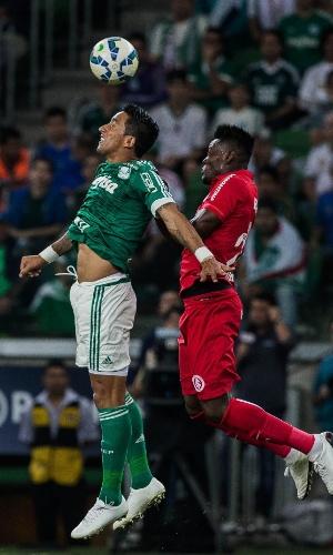 Lucas Barrios e Paulão disputam bola pelo alto na partida entre Palmeiras e Internacional pela Copa do Brasil