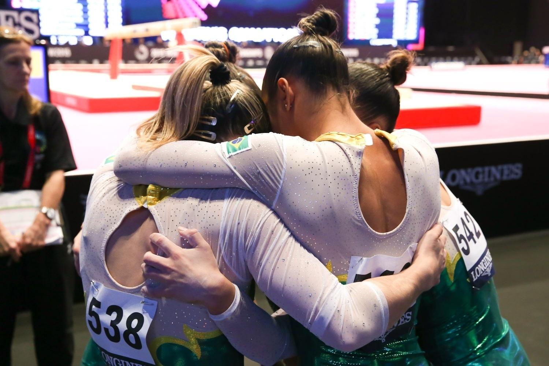 Seleção brasileira comemora participação na eliminatória por equipes do Mundial de ginástica