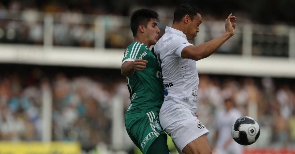 Thiago Martins disputa bola com Ricardo Oliveira no clássico entre Palmeiras e Santos, no Paulistão