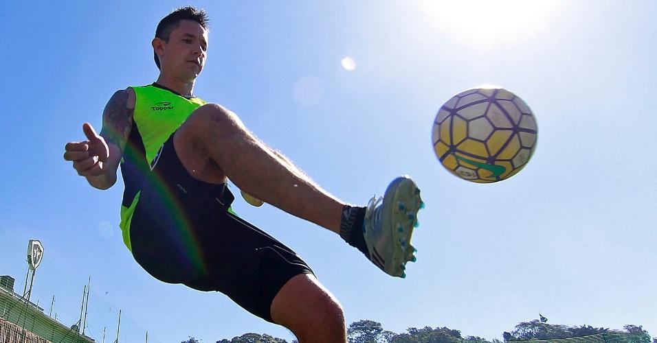 Chileno Canales treina com a bola no Botafogo
