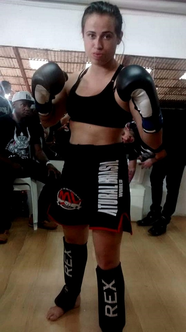 Laisa Coimbra é lutadora de MMA e cantora