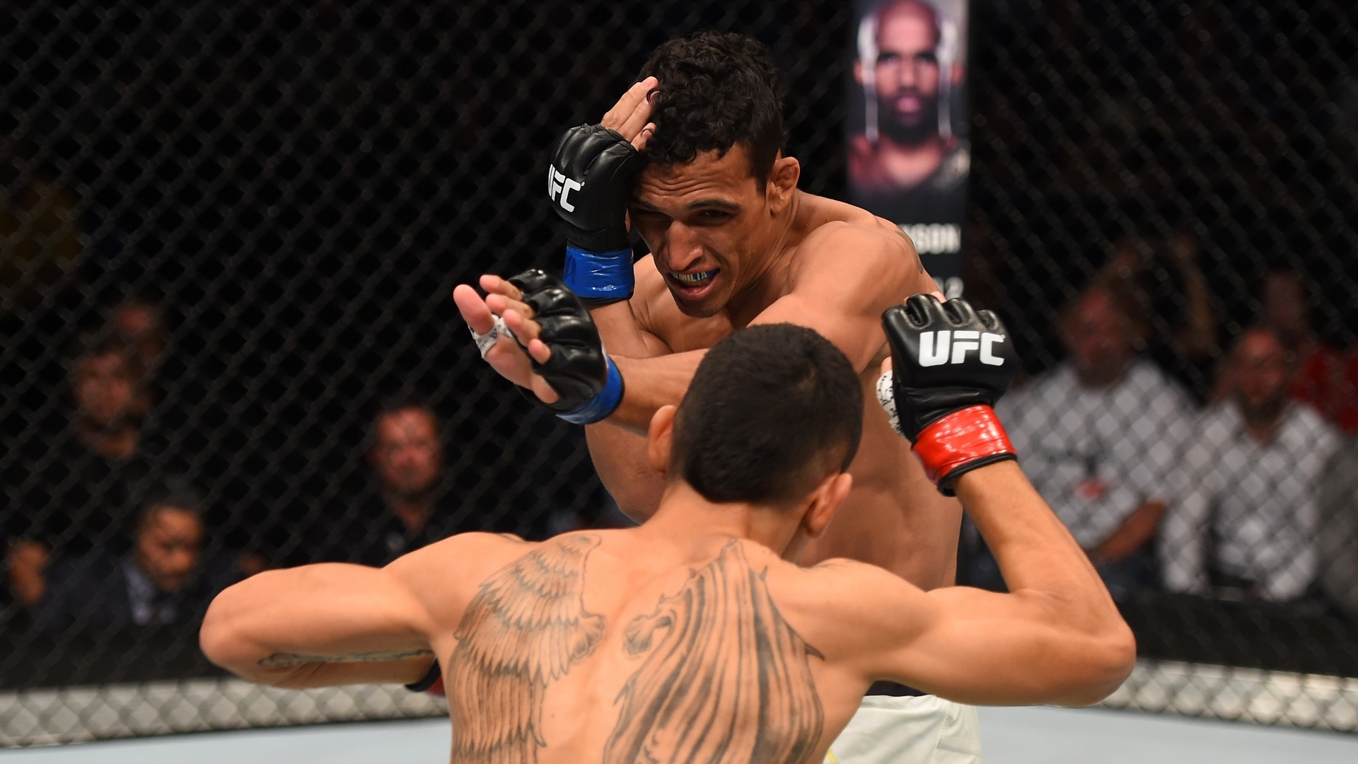 Do Bronx é golpeado por Max Holloway no UFC Fight Night 74