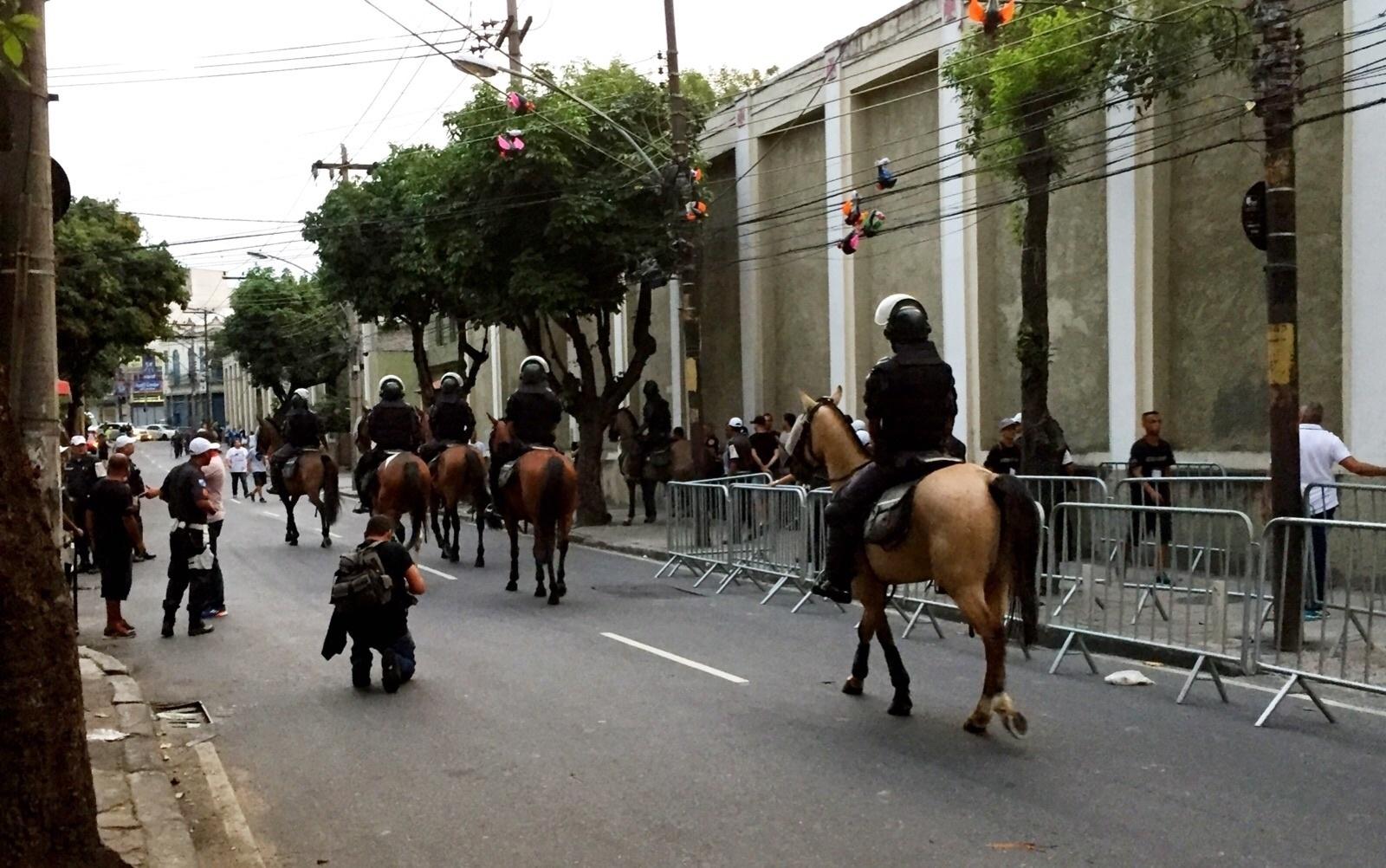 Cavalaria da polícia na entrada de visitantes de São Januário