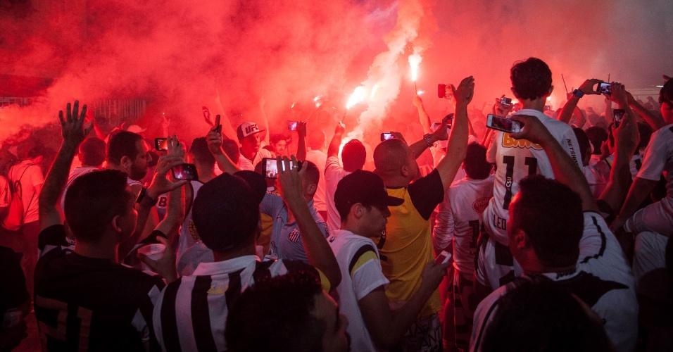 Com sinalizadores vermelhos, torcida santista faz a festa na porta da VilaBelmiro, antes de final contra o Palmeiras