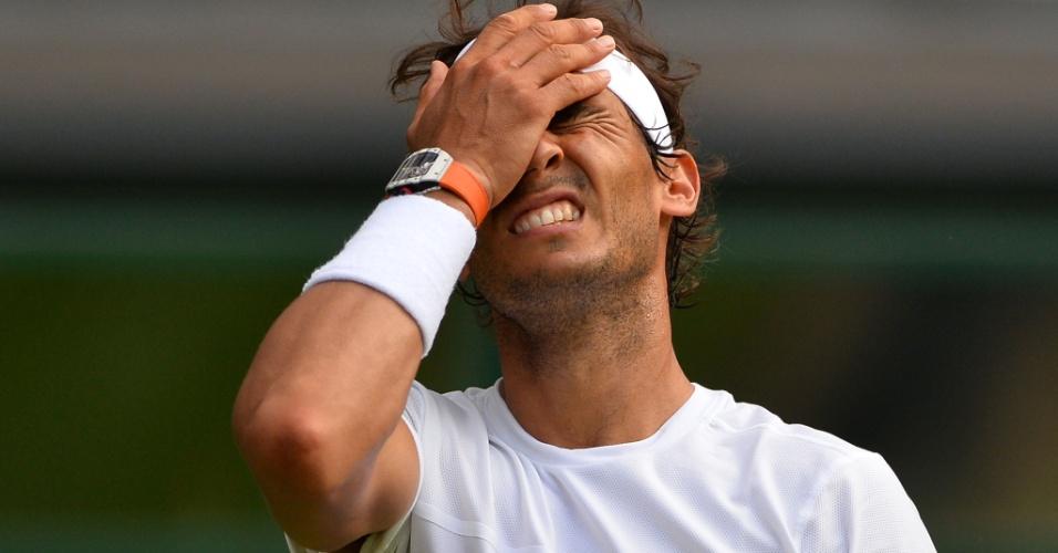 Rafael Nadal lamenta durante a derrota na segunda rodada de Wimbledon