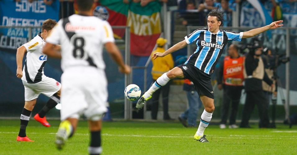 Geromel tenta o domínio de bola na partida do Grêmio contra o Vasco pelo Campeonato Brasileiro