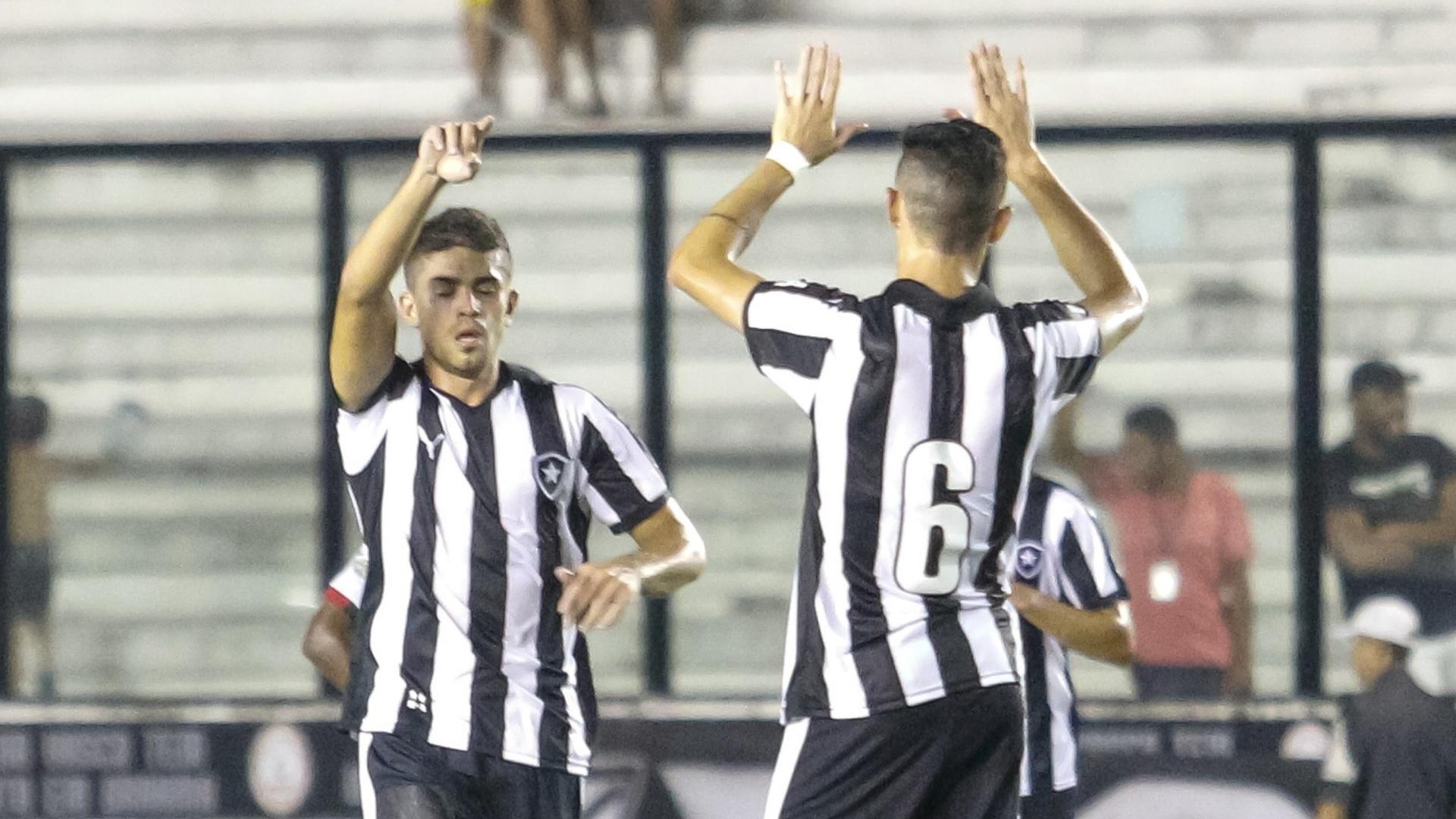 Gegê comemora o seu gol pelo Botafogo contra a Portuguesa, no Campeonato Carioca