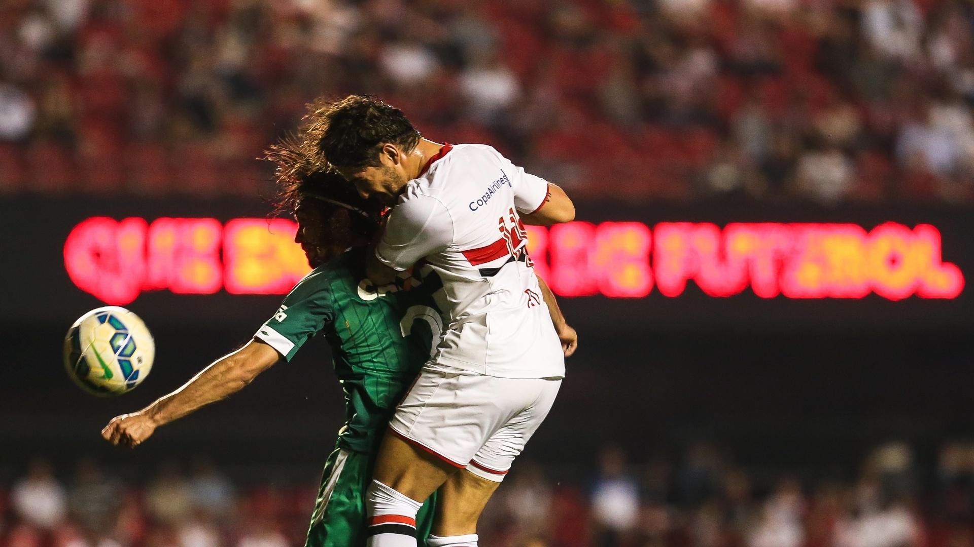 Pato cabeceia a bola em lance do jogo São Paulo e Chapecoense, no Morumbi