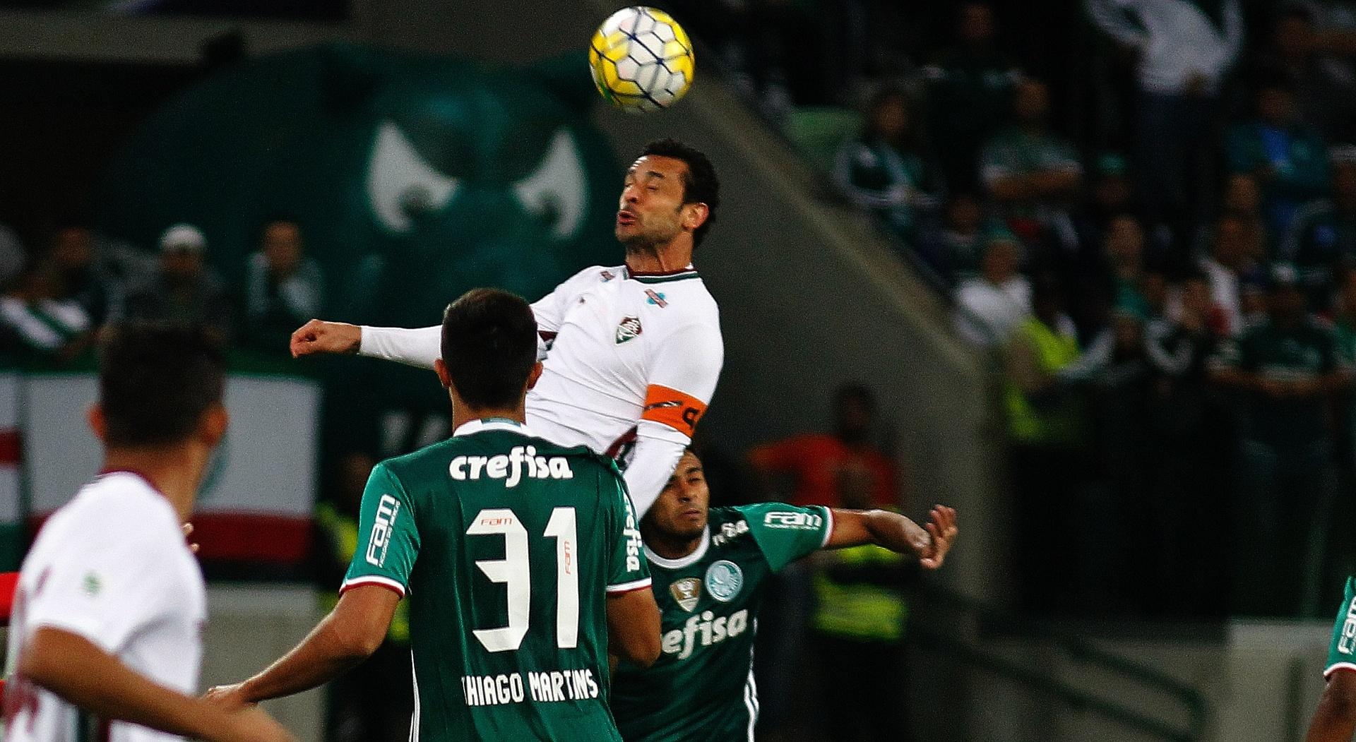 Fred, do Fluminense, divide com a defesa do Palmeiras