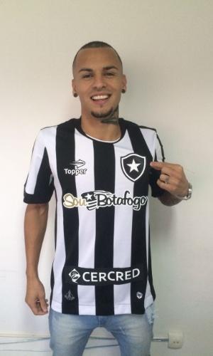 Lateral Alemão posa com a camisa do Botafogo após assinar contrato