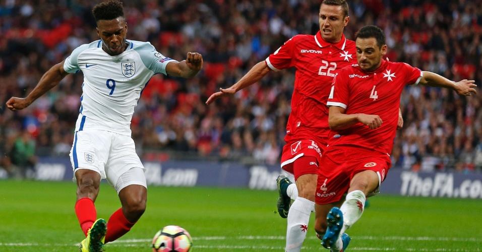 Sturridge disputa a bola contra jogadores de Malta
