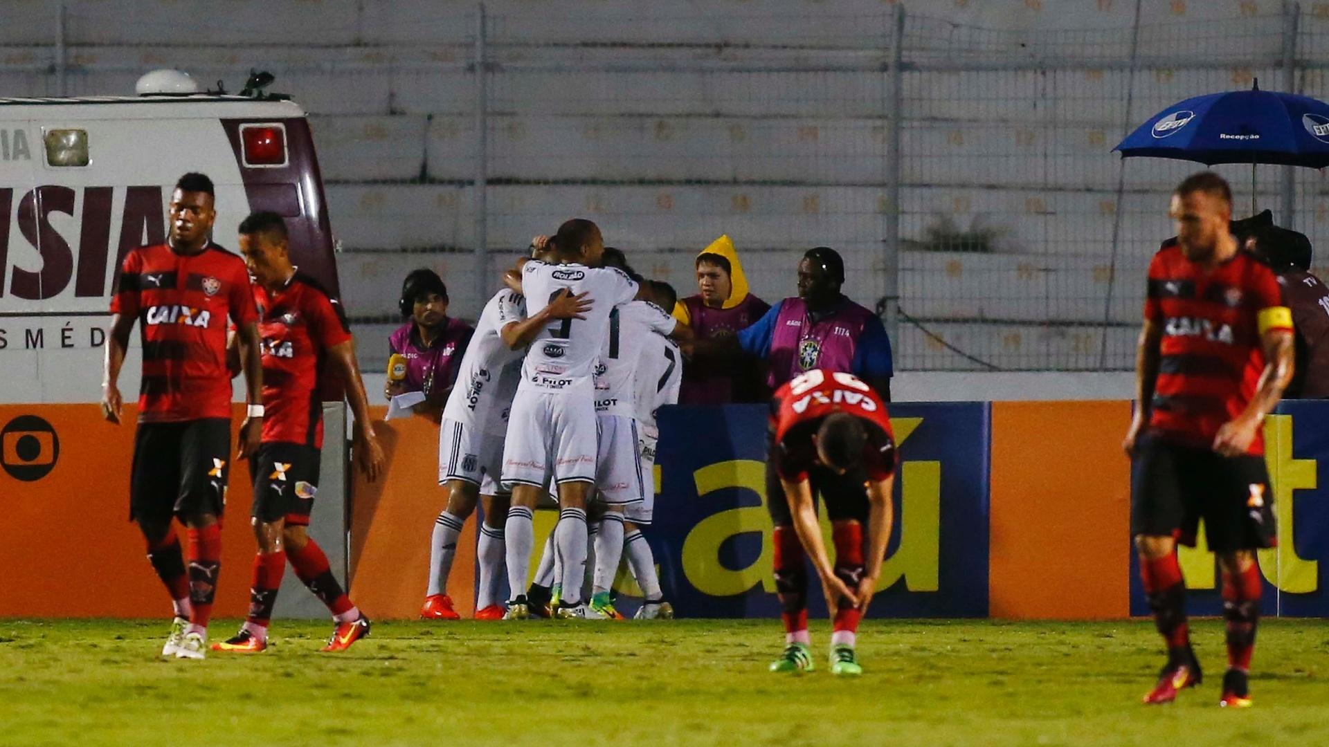 Jogadores da Ponte Preta comemoram gol de Rhayner diante do Vitória