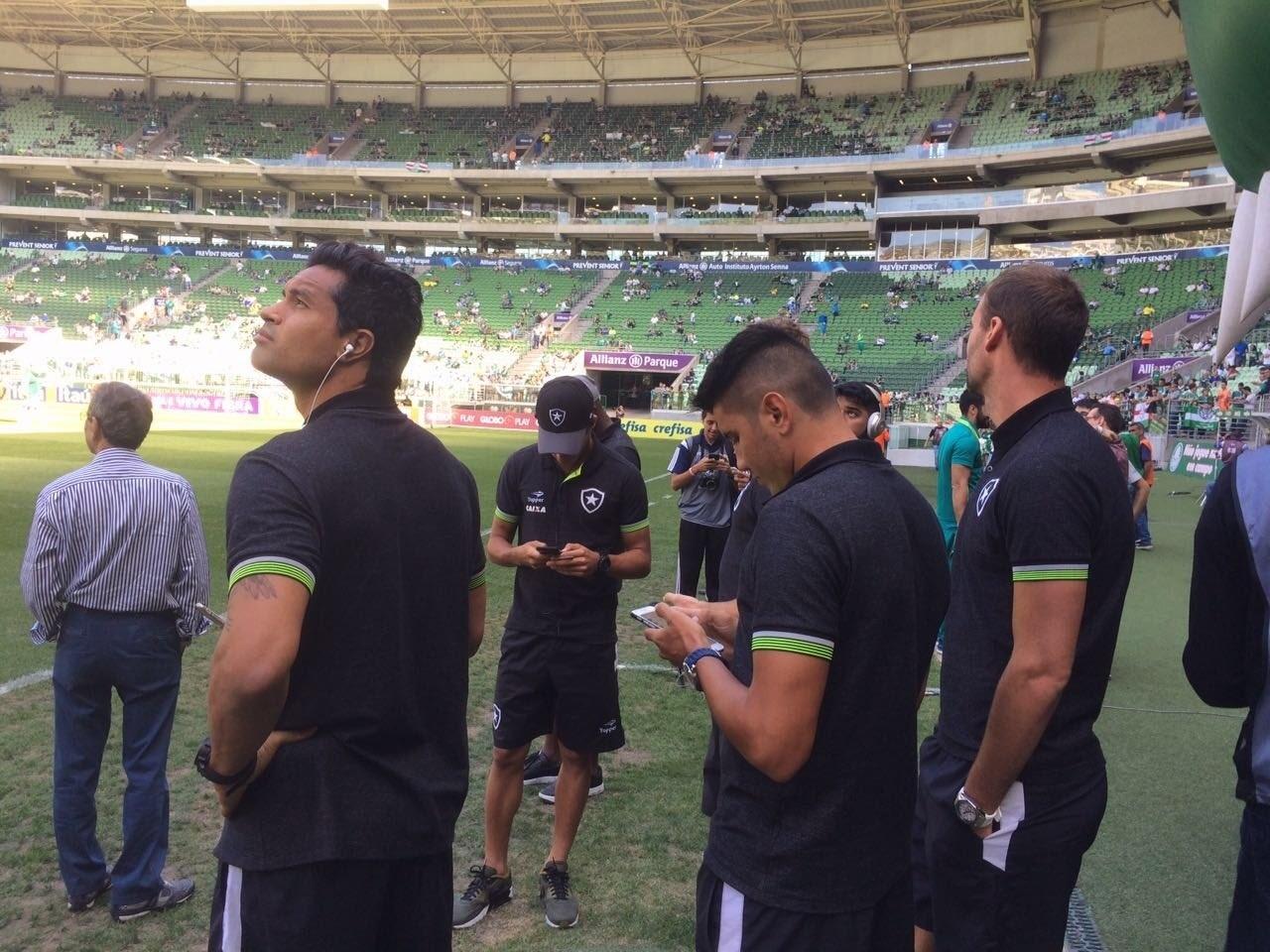 Jogadores do Botafogo fazem o reconhecimento do gramado antes da partida contra o Palmeiras