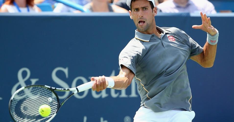 Novak Djokovic rebate bola na partida contra Federer na final do Masters 1.000 de Cincinnati
