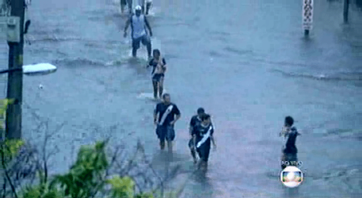 Torcedores vascaínos tentam chegar ao estádio de São Januário