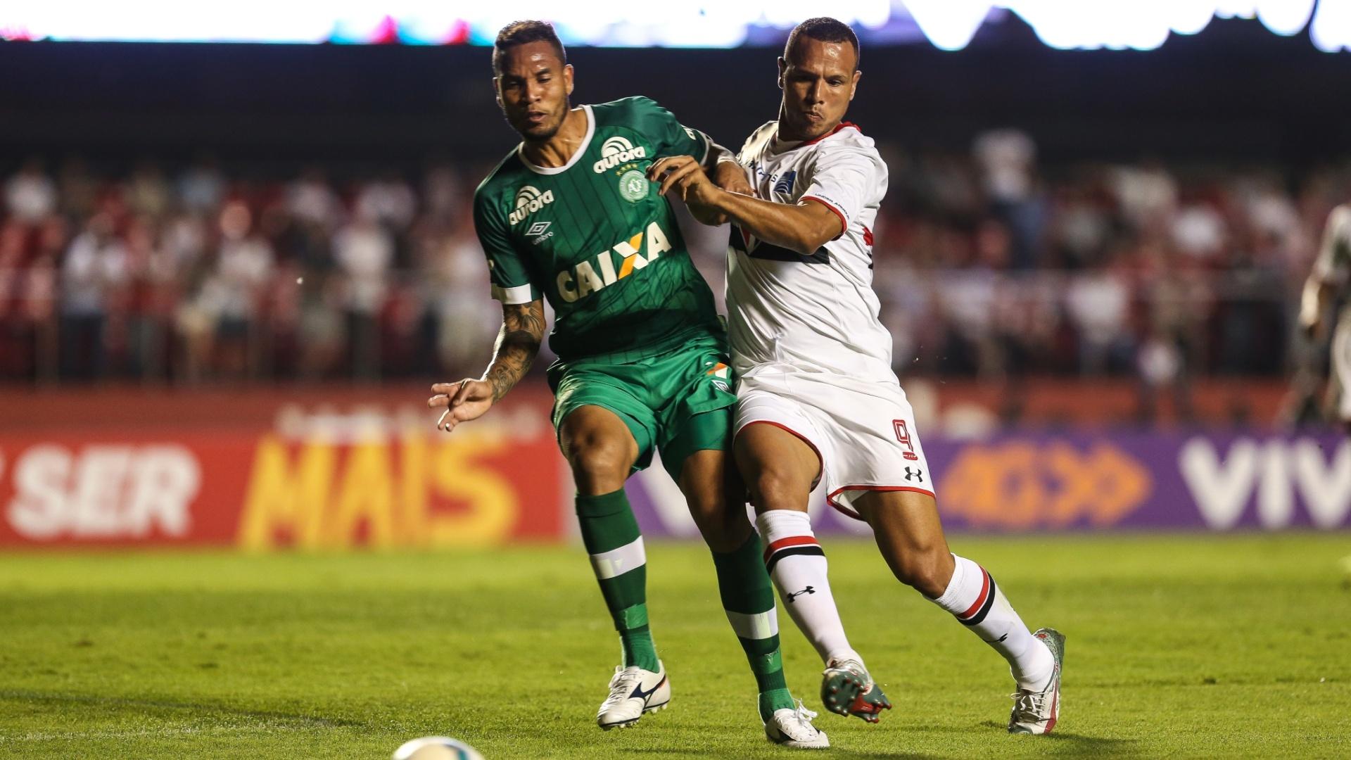Luis Fabiano disputa a bola durante o confronto entre São Paulo e Chapecoense no Morumbi