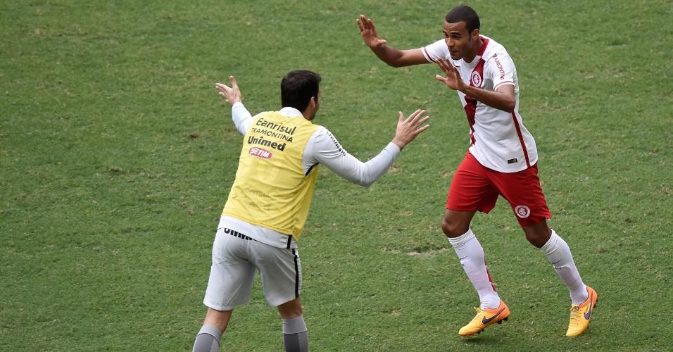 Ernando comemora após abrir o placar para o Inter no duelo contra o Flamengo pelo Brasileirão