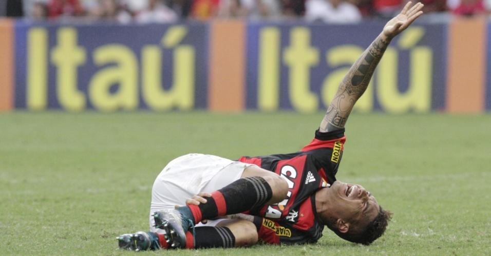 Paolo Guerreo leva a mão ao tornozelo na derrota do Flamengo para o Internacional