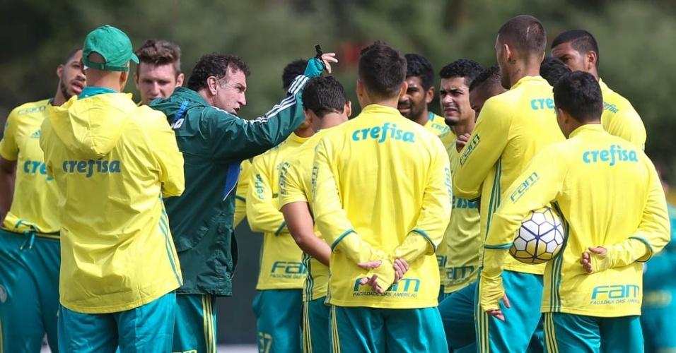 Cuca orienta os jogadores do Palmeiras antes de treino na Academia de Futebol