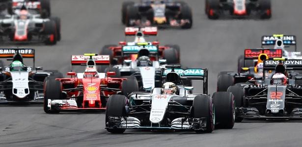 Lewis Hamilton mantém a primeira posição na largada no circuito em Spielberg, Áustria