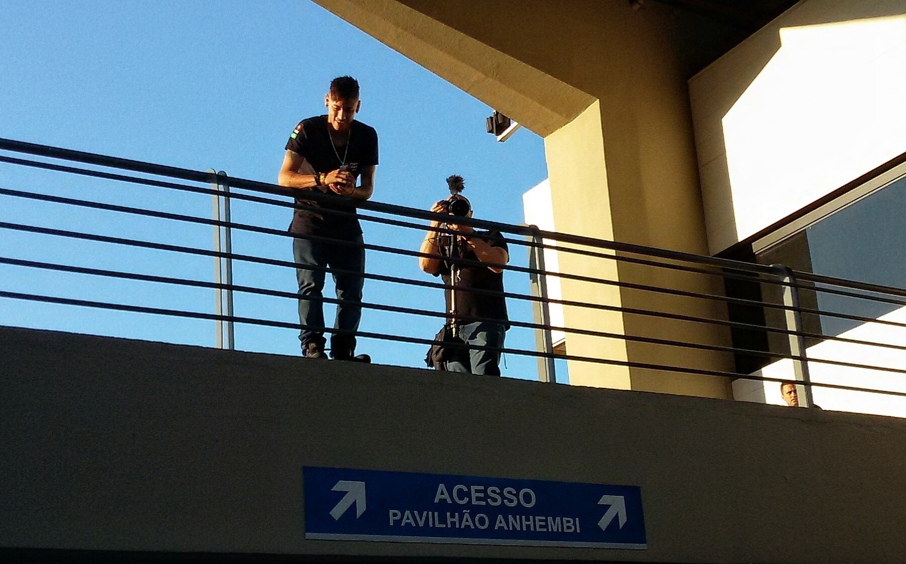 Neymar foi simpático e acenou para as fãs em sua chegada para evento beneficente de pôquer em São Paulo