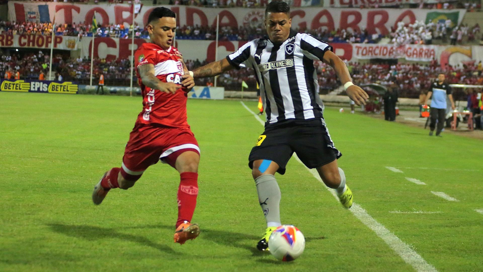 Jogadores de Botafogo e CRB disputam bola na partida entre as equipes na Série B