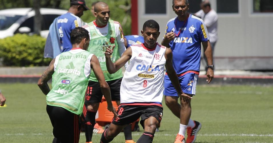O volante Márcio Araújo em ação no treinamento do Flamengo no CT Ninho do Urubu
