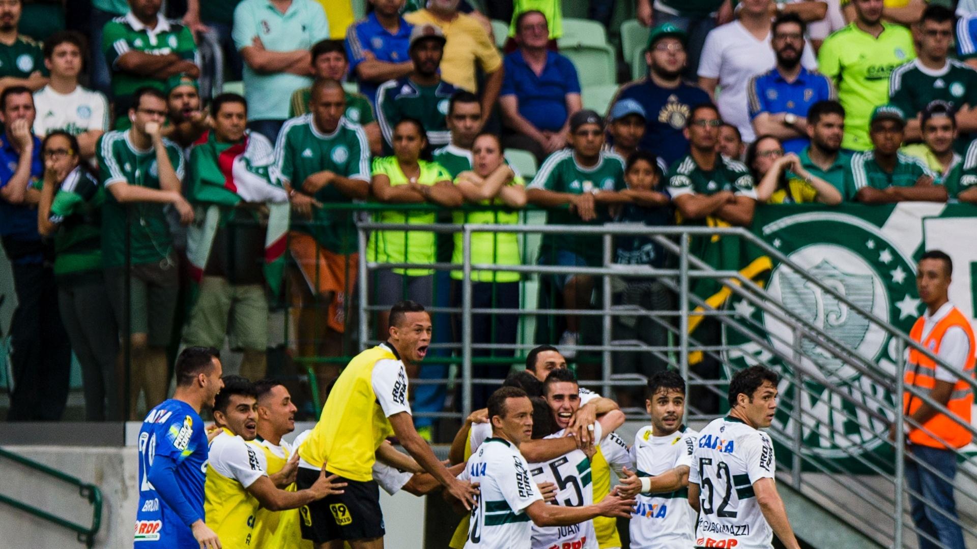Jogadores do Coritiba comemoram após Juan abrir o placar contra o Palmeiras