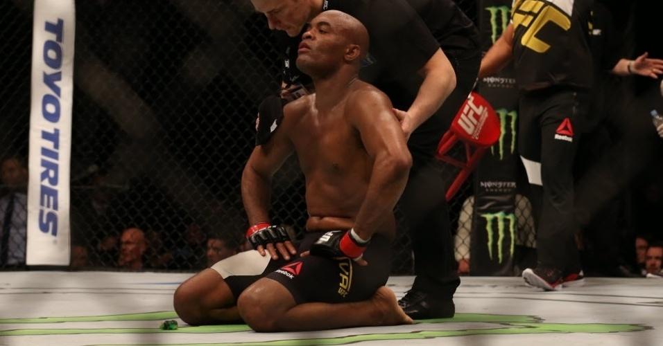 Ajoelhado no chão, Anderson Silva lamenta após ser derrotado por Michael Bisping neste sábado (27), em Londres